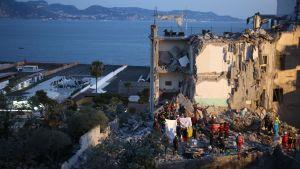 Tiotals brandmän letar efter överlevande kring huset som rasade i Neapel.