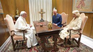 Charles och Camilla på privat audiens hos påve Francis.