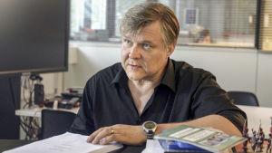 Ohjaaja Petri Kotwica Kohtuuttomuuksia -sarjan osassa 4.