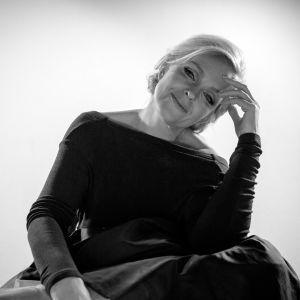 Anu Sinisalo i svart dress som Marilyn Monroe.