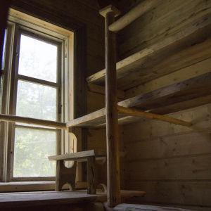 Nybyggd gammaldags bastu i vår bagarstuga från 1700-talet. Med 3 meter i takhöjd sitter de höjdrädda nära väggen.