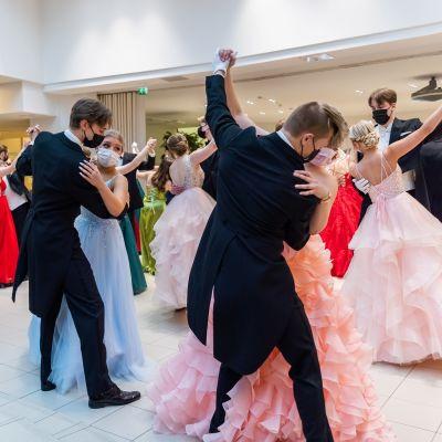 Vanhojenpäivän tanssit Tammerkosken lukiossa Tampereella.