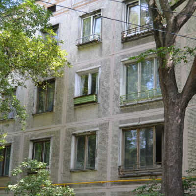 Fasaden av ett flervåningshus i Ryssland.