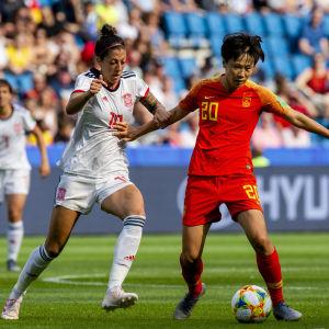 Jennifer Hermoso och Zhang Rui i en närkamp.