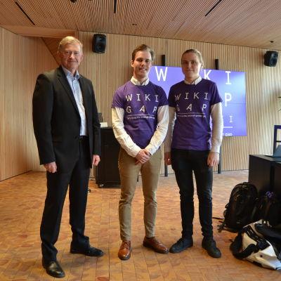 Sveriges ambassadör Anders Ahnlid står tillsammans med två av arrangörerna Jani Haapsaari och Teemu Perhiö.