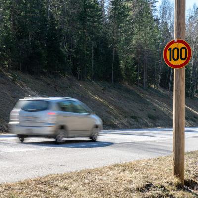 Henkilöautoja maantiellä.