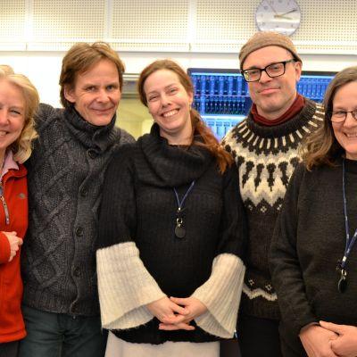 skådespelarna-musikerna Carita Holmström, Tom Salomonsen, Martina Roos, Niklas Häggblom och regissören Anna Simberg.