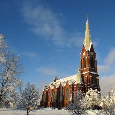 Mikkelin tuomiokirkko lumisessa maisemassa