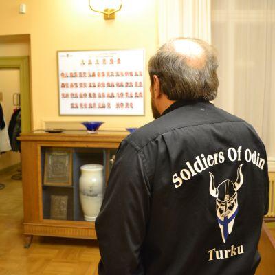 Olavi Mäenpää saapui Turun valtuuston kokoukseen Soldiers of Odinin vaatetuksessa.