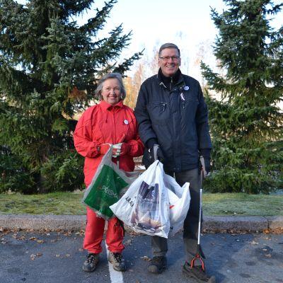 Det ger glädje att städa upp i omgivningen tycker Kaija och Ilkka Erkkilä.