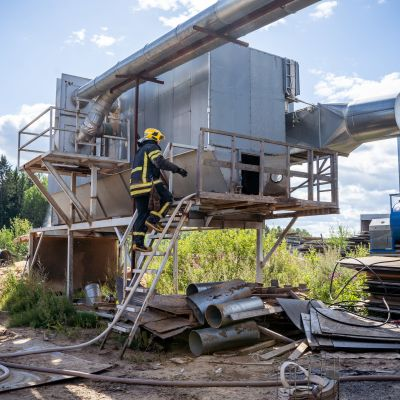 Pelastustyötä Pipu Ky:n tehtaalla Lempäälässä.