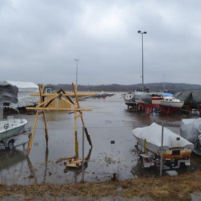 Småbåtshamn som har översvämmats.