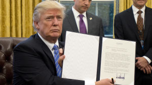 Donald Trump visar ett dekret han undertecknat om att USA drar sig ur TPP.
