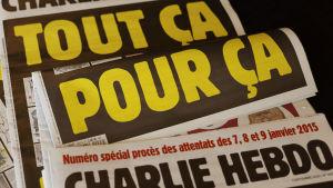 """Rättegången inleds i Charlie Hebdo-fallet. Tidningsrubrik """"Allt detta på grund av detta"""""""