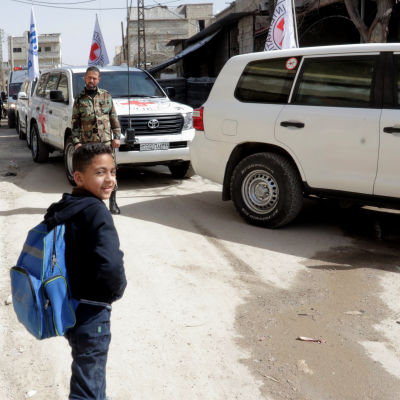 Syrisk pojke vid Röda Korset hjälpkonvoj i östra Ghouta.