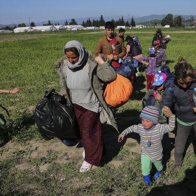 Migranter nära flyktinglägret i Idomeni i Grekland.