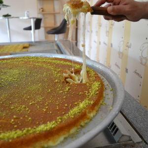 Kunafa är en ostabakelse med sirap.