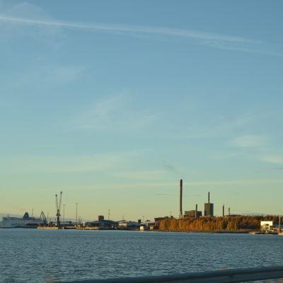 Vy över Vasklot hamn i Vasa.