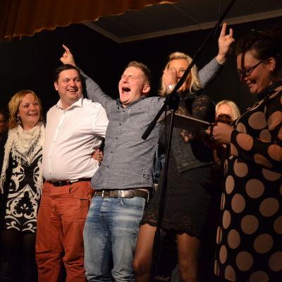 Ulrika Nabb överräcker priset till årets förening Karperö UF. Från vänster Tommy Södergård, Jens-Olof Mård, Sanna Söderström och Anna Törnroos.