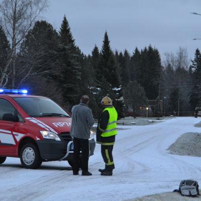 Brandman och civilperson på Silverbergsvägen