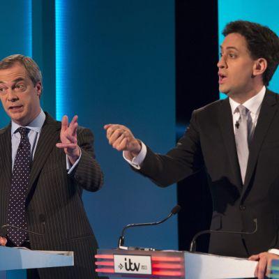 Ukips partiledare Nigel Farage och Labours Ed Miliband under en partiledardebatt i Storbritannien 2015.