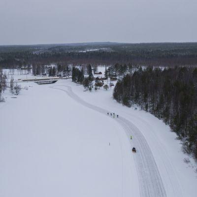 Hannu Korkiala, Henry Leinonen ja Markku Savolainen retkiluistelemassa Vuottolahdella.