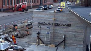En skylt med texten Kakolan funikulaari invid nya bergbanan i Åbo.