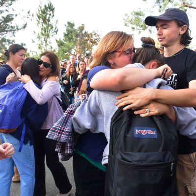 Elever och anhöriga tröstar varandra i Santa Clarita efter en skolskjutning den 14 november 2019.
