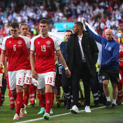 I giocatori danesi lasciano il campo.