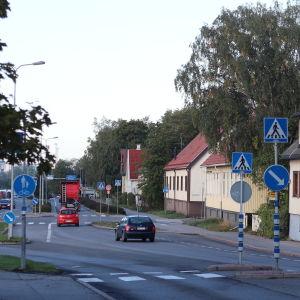 Hampspinnaregatan i Åbo med lite trafik och trähus längs gatan.