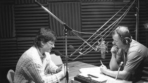 Suomen yöradio aloitti lähetyksensä 1.6.1987 klo 00.05 viettämällä avajaisia kutsuvieraineen Pasilassa M 1-studiossa.