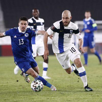 Teemu Pukki rymmer iväg från en bosnisk spelare.