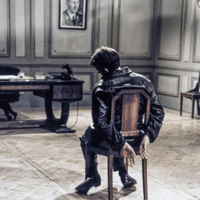 Tuoliin sidottu mies elokuvassa Tuntemattomat sankarit
