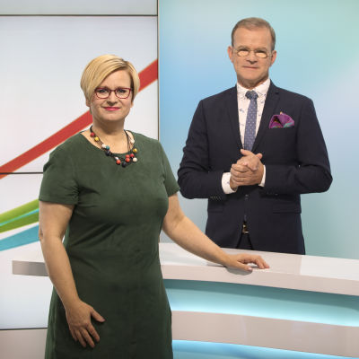Ylen viittomakieliset toimittajat Mikaela Tillander ja Thomas Sandholm.