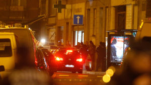 Belgiska säkerhetsstyrkor i arkivbild från när Salah Abdeslam greps förra veckan i stadsdelen Molenbeek i Bryssel.