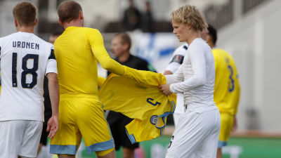 Urho Nissilä vaihtoi paitoja kazakstanilaispelaajan kanssa.