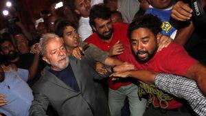 Luiz Inacio Lula da Silva överlämnar sig till polisen i Sao Paolo.