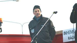Martin Edman står på en traktorvagn som fungerar som en scen.