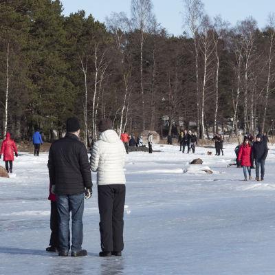 Människor ute på en is en solig dag.