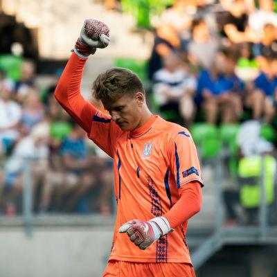Ukrainas målvakt Vladyslav Kucheruk jublar över ett av lagets mål i 2-1-segern över Frankrike i U19-EM i Vasa.