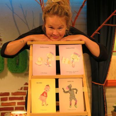 BUU-klubbens programledare Malin kikar på Hoppa På-korten.