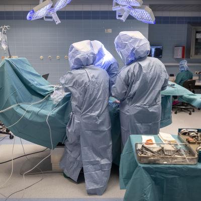 Kirurger utför operation i Borgå sjukhus.
