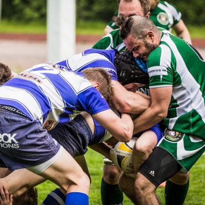 Rugbyspelare kämpar om boll