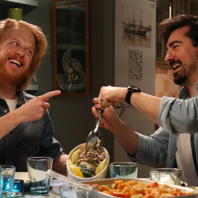 Tom Nylund ja Kioskin Gogi syövät silakkaa ja nauravat