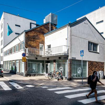 Yles redaktion i ett vitt tvåvåningshus på Fredsgatan i Åbo