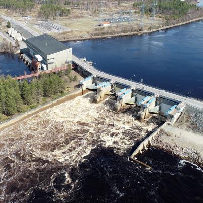 Valajaskosken voimalaitoksen tulvaluukuista juoksutetaan vettä keväällä 2020.