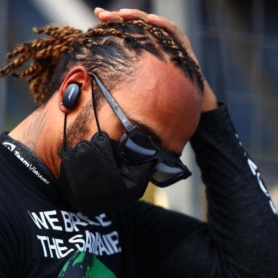 Lewis Hamilton joutui keskeyttämään Bakun F1-osakilpailun 2021.