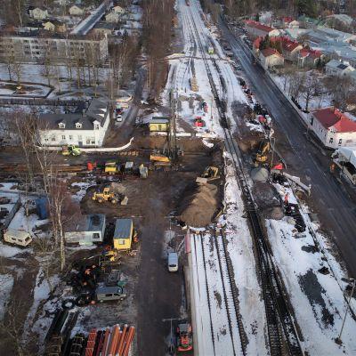 Bygget v underfarten med många grävmaskiner och en pålningsmaskin.