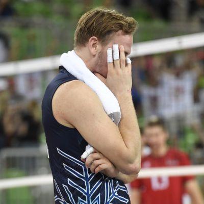 Finländsk volleybollspelare deppar efter förlust.