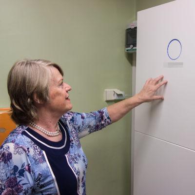 Helena Auvinen visar sitt laddningsbara batteri.